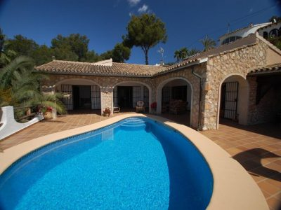 This beautiful, rustic style villa was built in 1985 on 2 levels and is in perfect condition. The gr,Spain